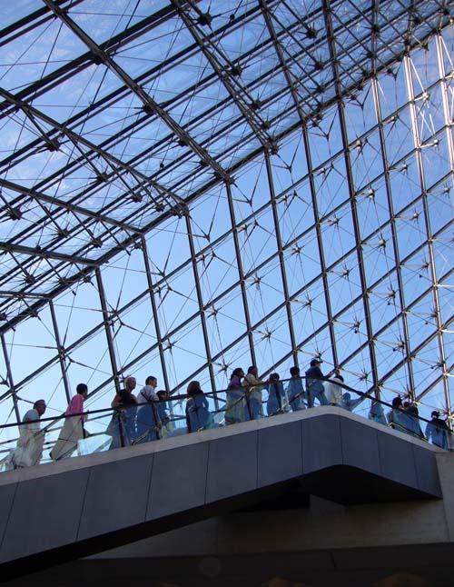 la performance artistique du Louvre