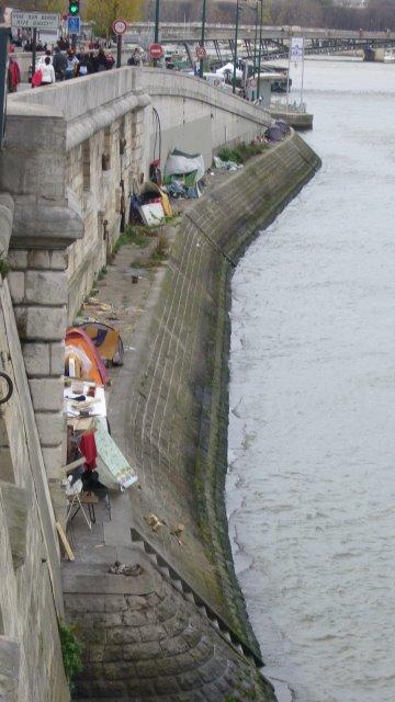 Classes sociales distinctes aux bords de La Seine